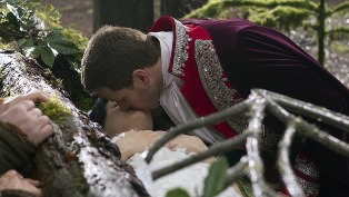 Pince charming kissing snow white